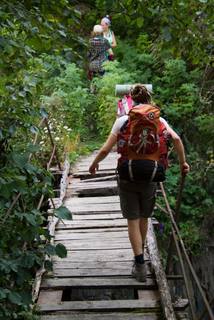 Für die nicht trampende Gruppe geht es über alte Brücken einen steilen Anstieg hoch.