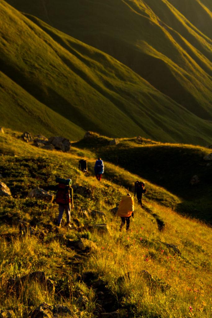 In der Morgensonne steigen wir schon die ersten Höhemeter.