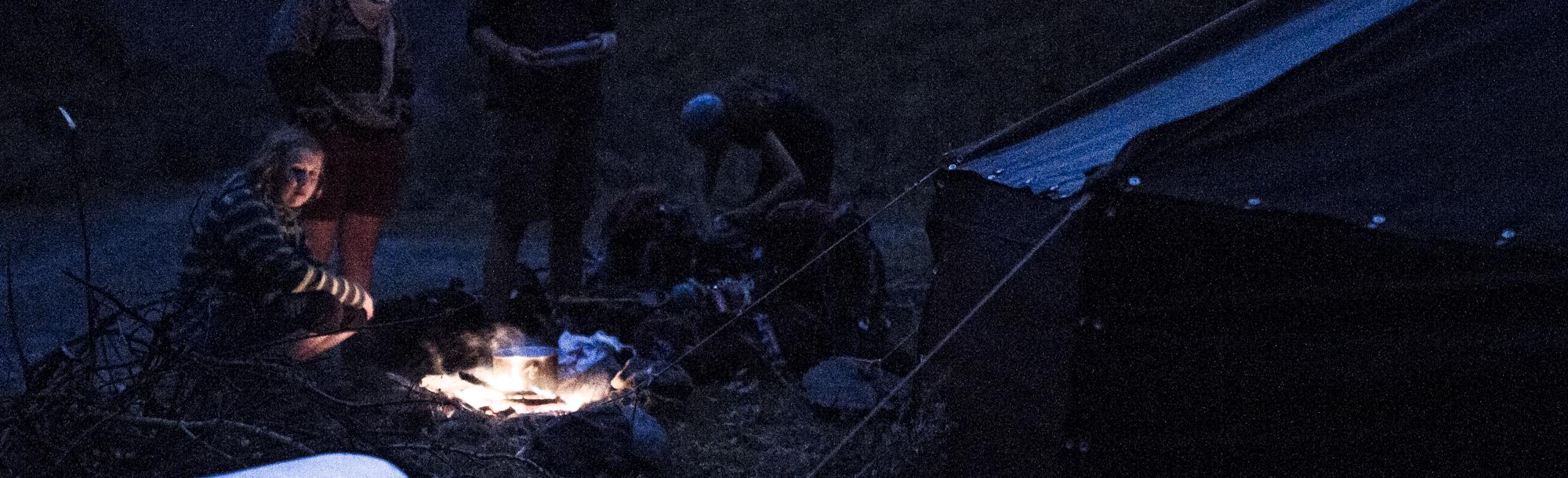Wir kochen über dem Feuer neben unserer Jurte.