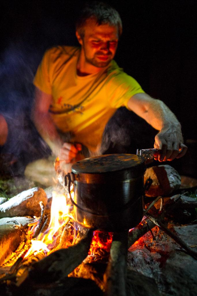 Wir kochen über dem Feuer, nicht oft, aber heute! Meistens fehlt das Holz dafür.