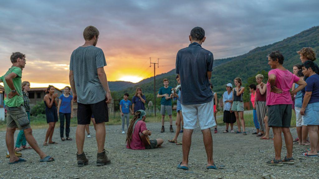 Wir tanzen Völkstänze mit der Gemeinschaft aus Temi.