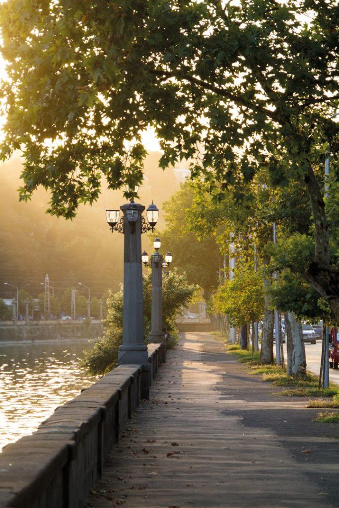 Die Uferpromenade in Tiflis.